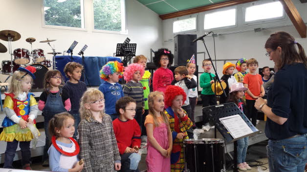 Les enfants deguises en clown ont interprete des chansons en lien avec le cirque photo christine liogier