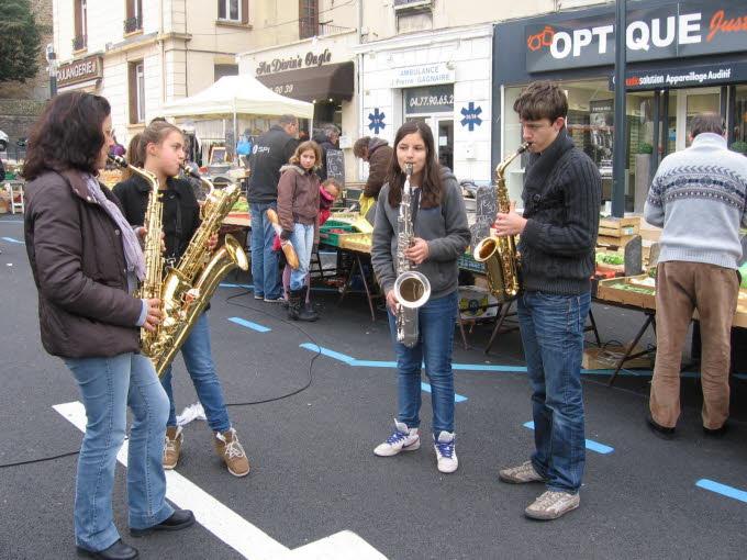les-saxophonistes-du-centre-musical-ont-egaye-la-matinee-hier-photo-norbert-epalle.jpg